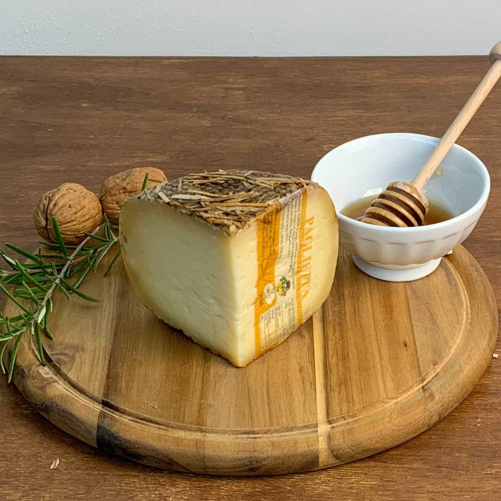 Mit Stroh Und Heu In Barrique Gereifter Pecorino-Käse.