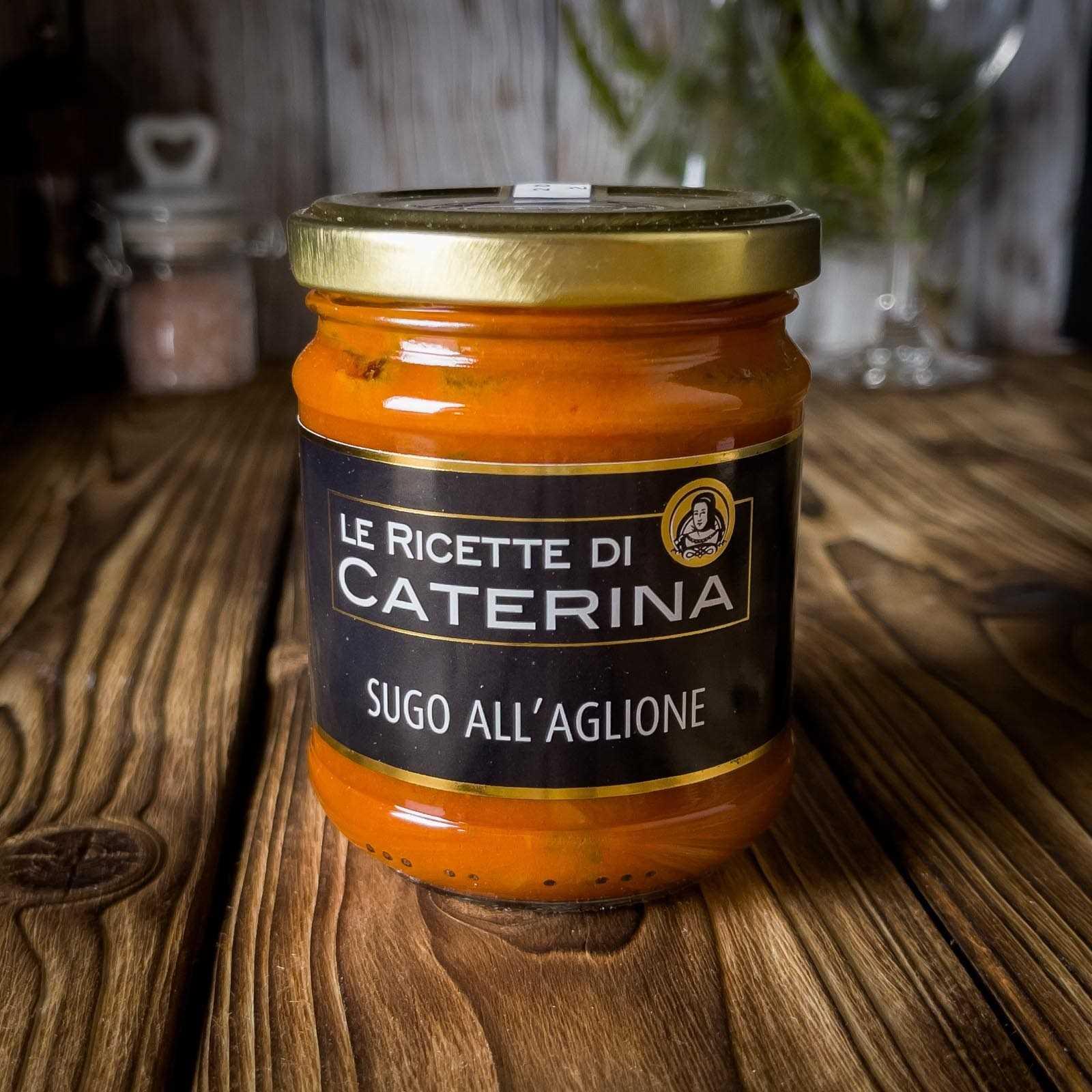 Pasta sauce with tomato and garlic, the typical garlic of the Valdichiana.