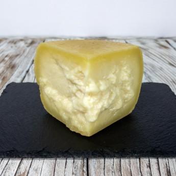 """""""Crosta D'Oro"""" Gereifter Pecorino-Käse ist ein typisches Produkt der toskanischen Handwerksküche, das sich durch eine dicke goldene Kruste und ein intensives und einhüllendes Aroma auszeichnet. Mindestens 150 Tage bis maximal 10 Monate gereift, erhält er einen kräftigen und leicht würzigen Geschmack. Die Paste ist kompakt und leicht löslich, wodurch sie perfekt zum Würzen oder Begleiten von ersten und zweiten Gängen geeignet ist."""