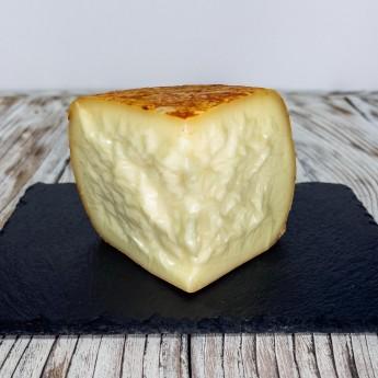 """""""Crosta Rossa"""" Halb-Gereifte Pecorino-Käse ist ein Käse, der in Italien aus hochwertigen Zutaten hergestellt wird und in einem handwerklichen Prozess hergestellt wird, der eine Reifung von etwa sechzig Tagen umfasst. Nach dieser Zeit wird das Produkt in Kruste verarbeitet, indem Olivenöl und Tomatenkonzentrat kombiniert werden."""