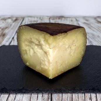 """Wenn es um die toskanische Exzellenz geht, kann ein aufmerksames Auge den Geschmack dieses Käses nicht übersehen, der das perfekte Zusammentreffen zweier Exzellenz dieses Gebiets darstellt, die alte und neue Gaumen weiterhin erfreuen. Die Rede ist von der Verbindung zwischen dem """"Crosta D'Oro"""" Gereifter Pecorino-Käse und der Vestri-Schokolade, die dank der Intuition und der zertifizierten und garantierten Erfahrung des Refitors und Käseforschers Andrea Magi ein einzigartiges Stück zum Leben erwecken, das von ihnen geschätzt wird die Nase und vor allem der Geschmack."""