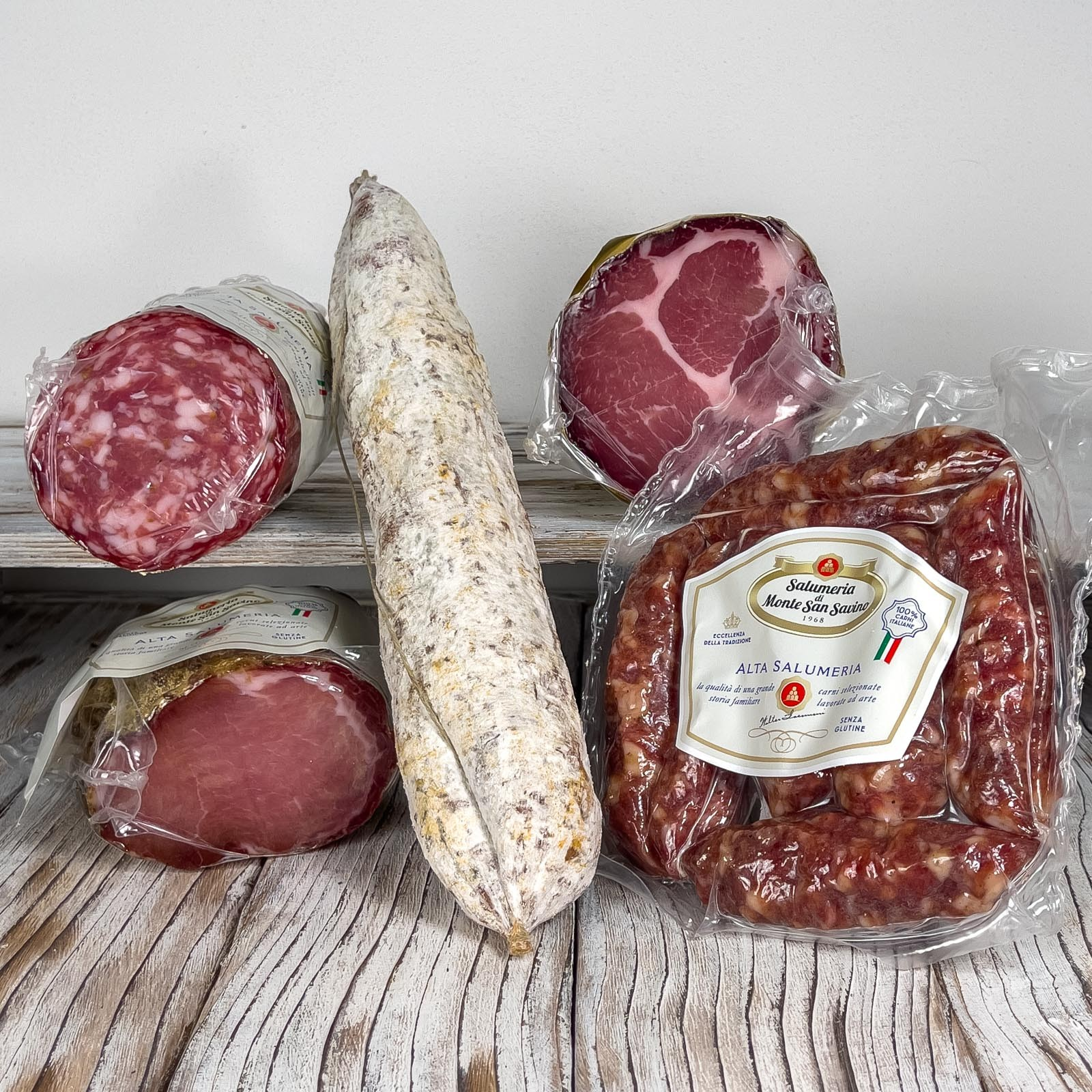 """The Tasting Box - """"Salumi Toscani"""" is made up of a selection of products for a total of about 2.4 kg. This box is perfect for composing a platter of appetizers with high quality Tuscan cold cuts."""