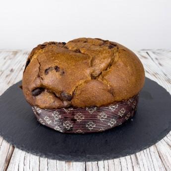 """Schwarzer Kaffee """"Panzuppo"""" ist ein toskanisches Süßwarenprodukt. Dieses Dessert wird aus einem Teig hergestellt, der dem von Panettone ähnelt, jedoch mit einem Kaffeedestillat im Inneren, das es zusammen mit dunkler Schokolade durch sein Aroma und seine Weichheit auszeichnet. Ähnlich wie beim klassischen """"Panzuppo"""" ist ein wesentliches Merkmal dieses Produktes das lange Aufgehen."""